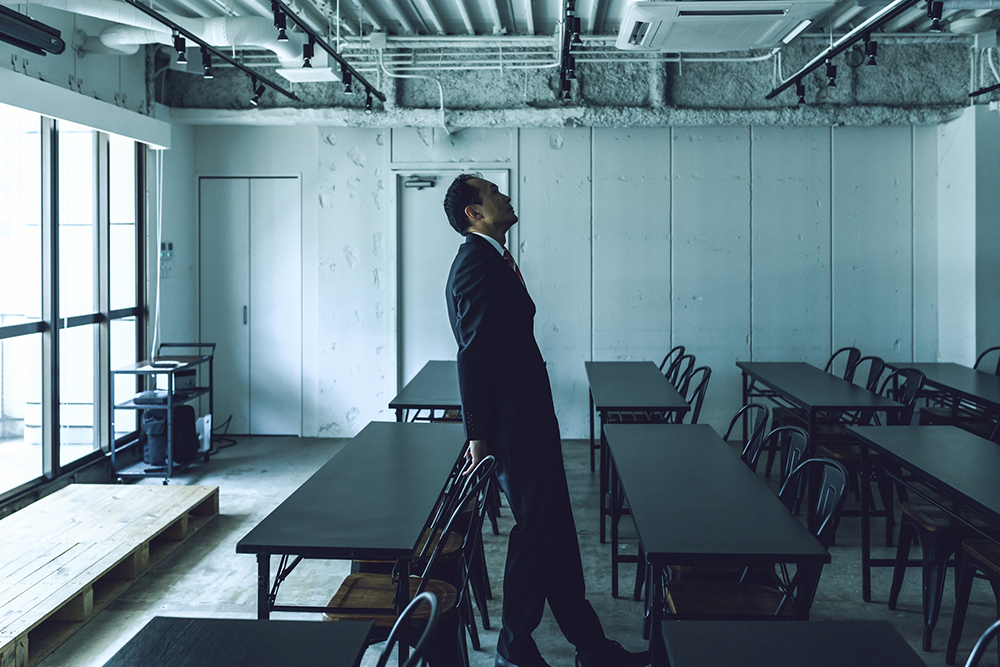 会議室で一人たたずむ経営者